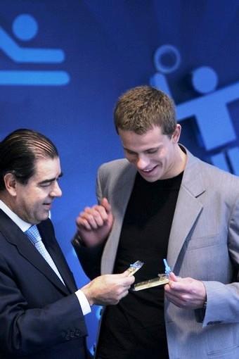 Cintra Neto entrega barra de ouro a Cesar Cielo, na BM&F
