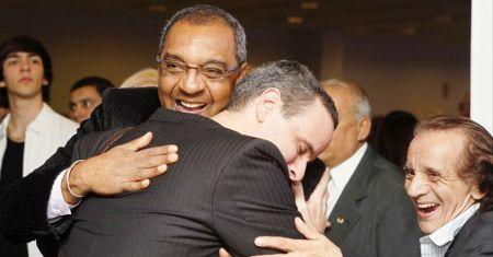 """Dudu Braga, o """"Segundinho"""", abraçando seu ídolo, Basílio"""