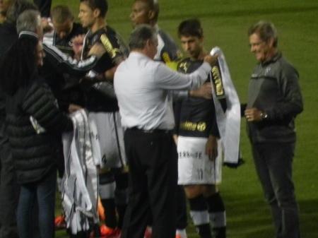 Corinthians x Botafogo: entrega das faixas.As faixas, o único fator que iguala os dois clubes