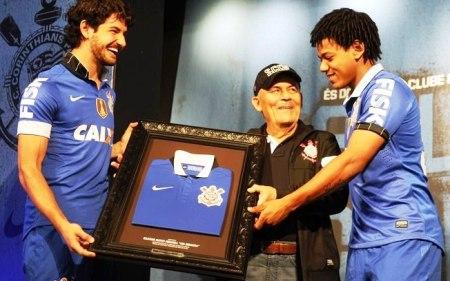 Seo Miranda, funcionário do clube desde 1964 e roupeir o do futebolprofissional foi homenageado
